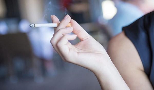 Πώς θα φτιάξετε μόνοι σας φυσικό αποσμητικό χώρου κατά του τσιγάρου