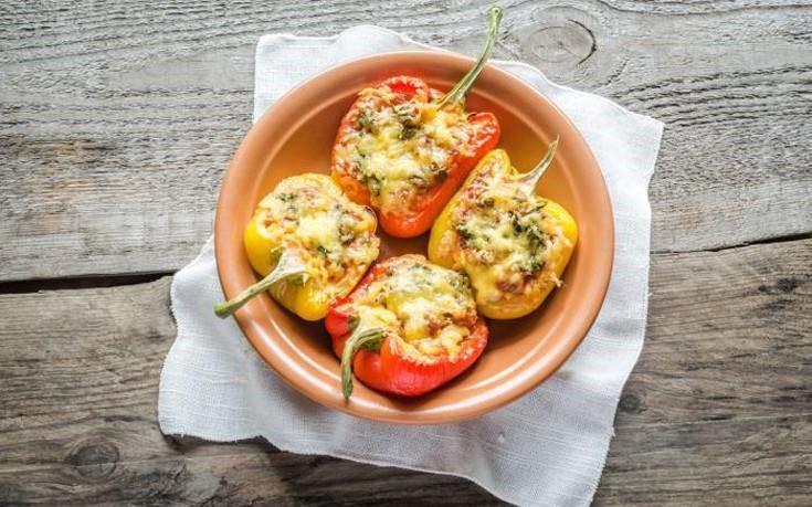 Πολύχρωμες πιπεριές γεμιστές με τυρί